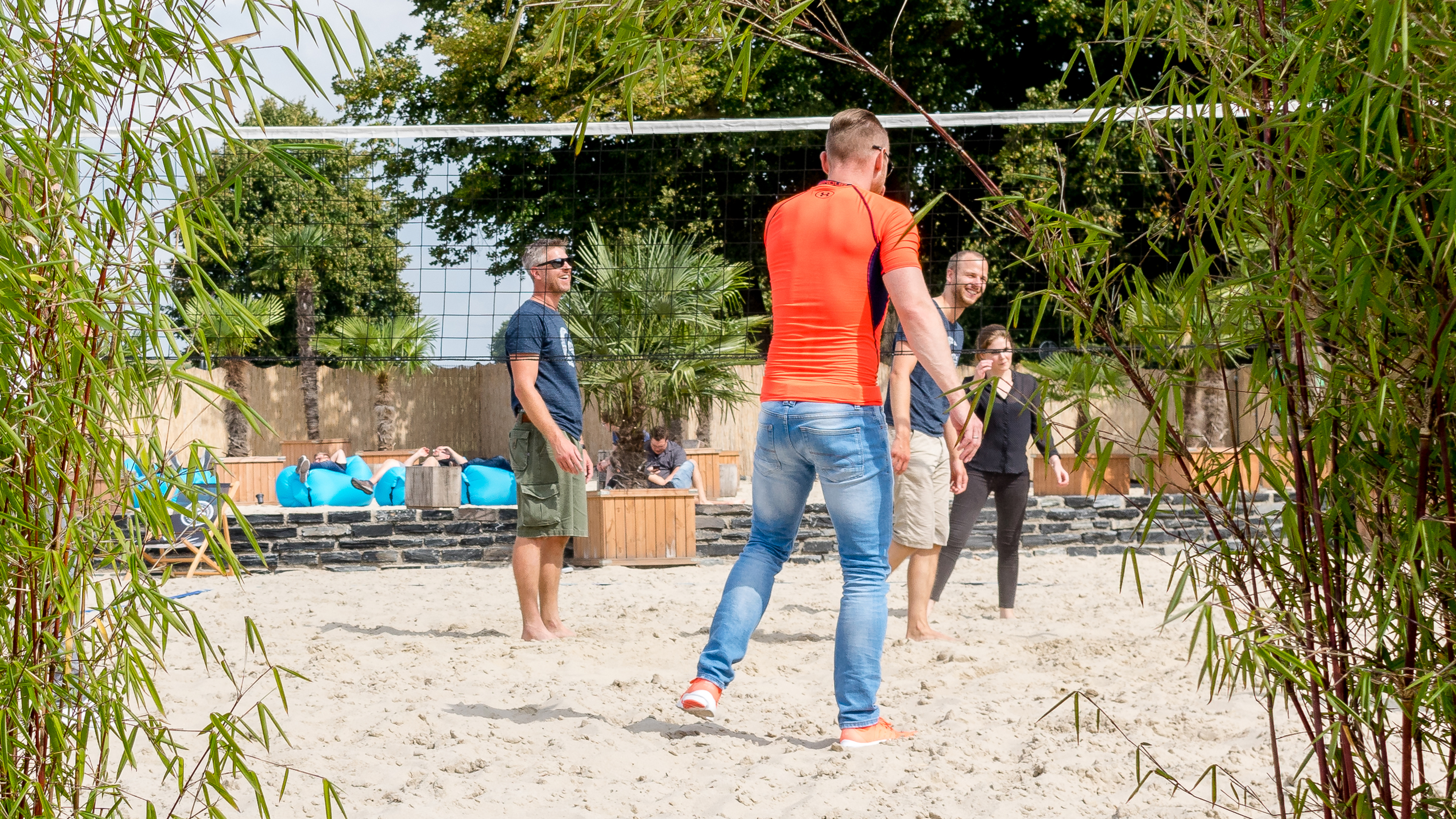 Interview mit Shopware_Mitarbeiter beim Volleyball spielen