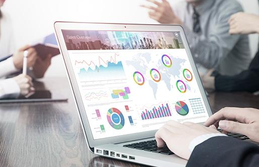 SEO Berater verwendet Analyse-Software für SEO Relaunch auf einem Laptop
