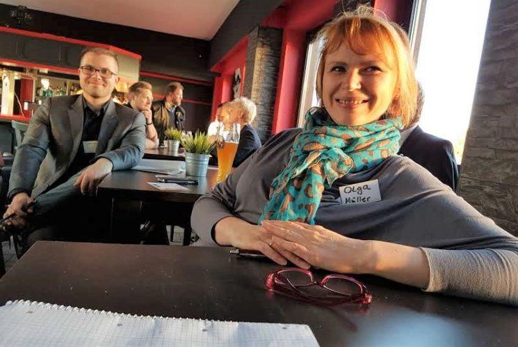 Die Zuhörer des 40. Webmontags sitzen an den Tischen in der Vereinsgaststätte
