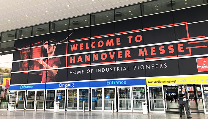 "Eingang der HANNOVER MESSE mit Banner ""Welcome to Hannover Messe"""