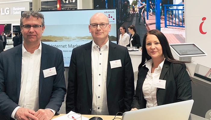 Das Messestand- und Organisations-Team von ABAKUS zeigt Dirk Lankenau, Kamillo Kluth und Nina Fricke
