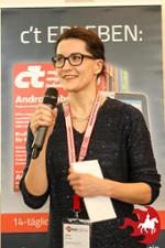 Anna Pianka von ABAKUS mit Mikrofon vor einem Banner auf dem Hannover Barcamp 2018