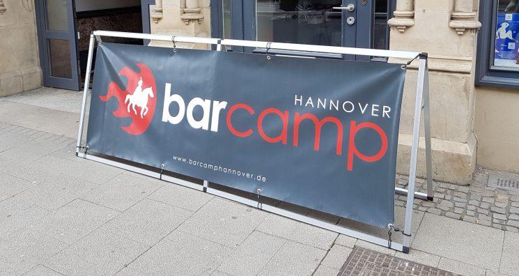 Schild des Barcamp Hannover 2019 vor dem Eingang des Veranstaltungsortes