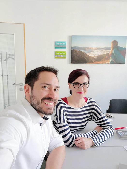 Jan Sterley und Anna Pianka lächeln bei ABAKUS freundlich in die Kamera